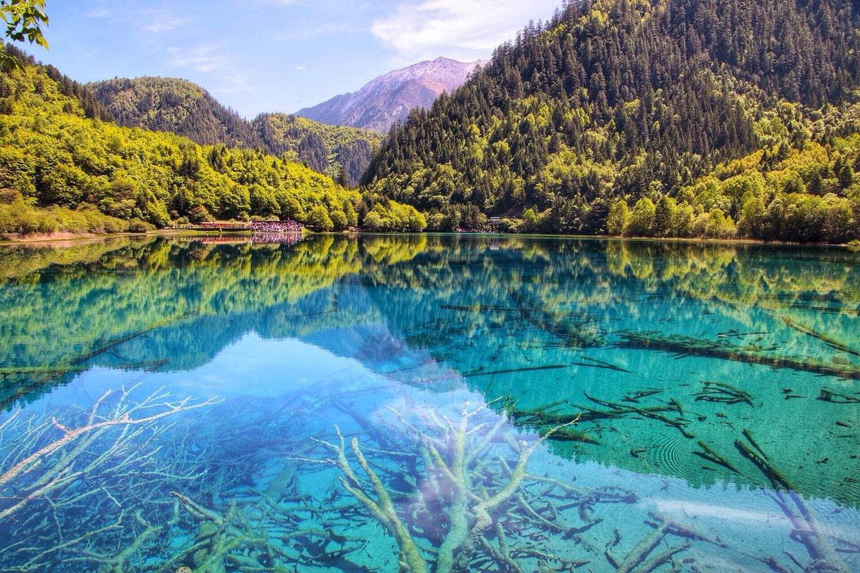 Hồ nước trong khu du lịch Cửu trại câu