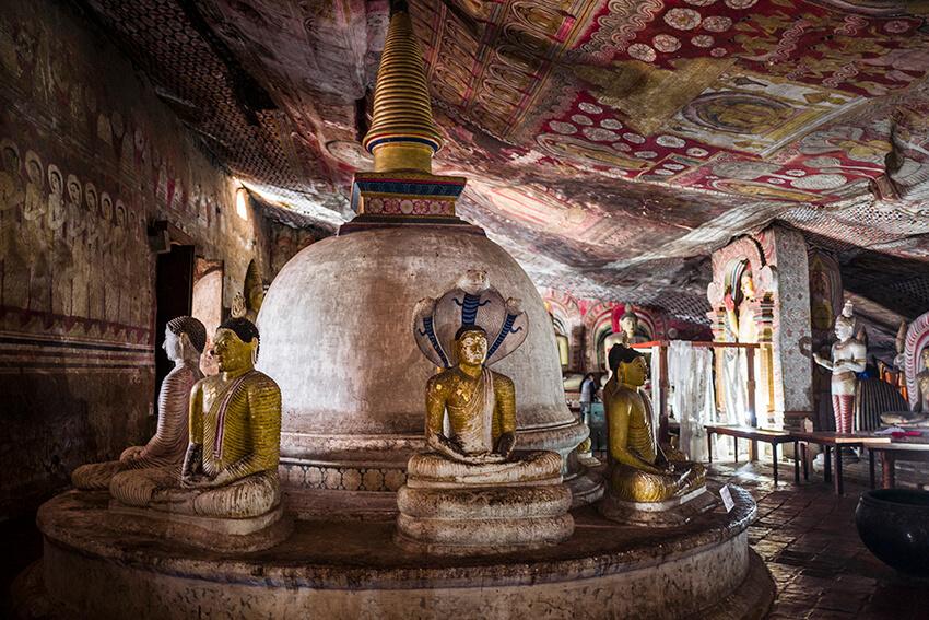 Các bức tượng Phật bên trong đền thờ hang động Dambulla
