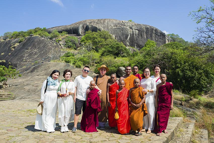 đoàn Phật tử Việt Nam ghé thăm quần thể đền thờ hang động Dambulla
